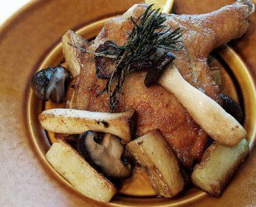 赤鶏とキノコとジャガイモの<br /> ガーリックロースト<br /> 2800円(税抜)